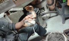Préparation du moule en argile-crotin